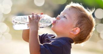 Enfant boit de l'eau