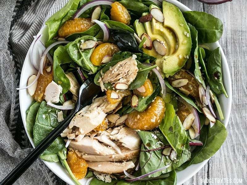 Cette salade au poulet et à la mandarine digne d'un repas se compose de mandarines, d'avocat crémeux, d'amandes croquantes et d'une vinaigrette au sésame maison. BudgetBytes.com