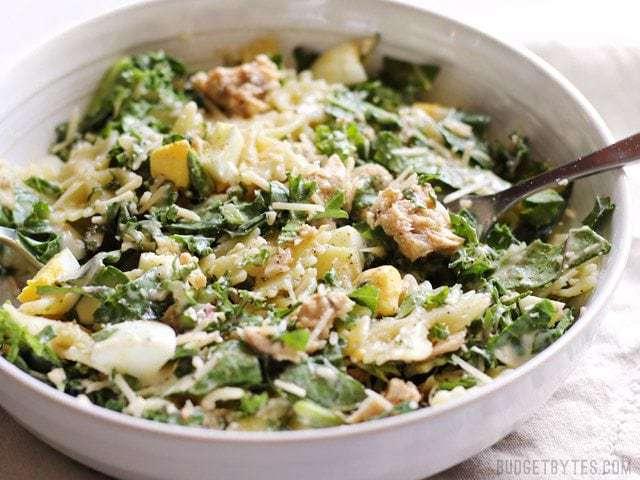 La salade César au chou frisé et au saumon est une façon savoureuse et copieuse d'utiliser du saumon en conserve à petit prix.
