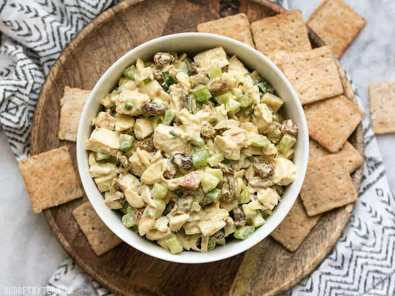 La salade au poulet au curry est une alternative rapide et savoureuse à votre salade au poulet traditionnelle avec des épices de curry exotiques, des raisins secs sucrés et des amandes croquantes. BudgetBytes.com