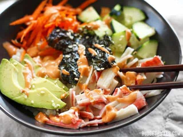 Les bols à sushi constituent une alternative rapide, facile et peu coûteuse à votre bar à sushi préféré. BudgetBytes.com