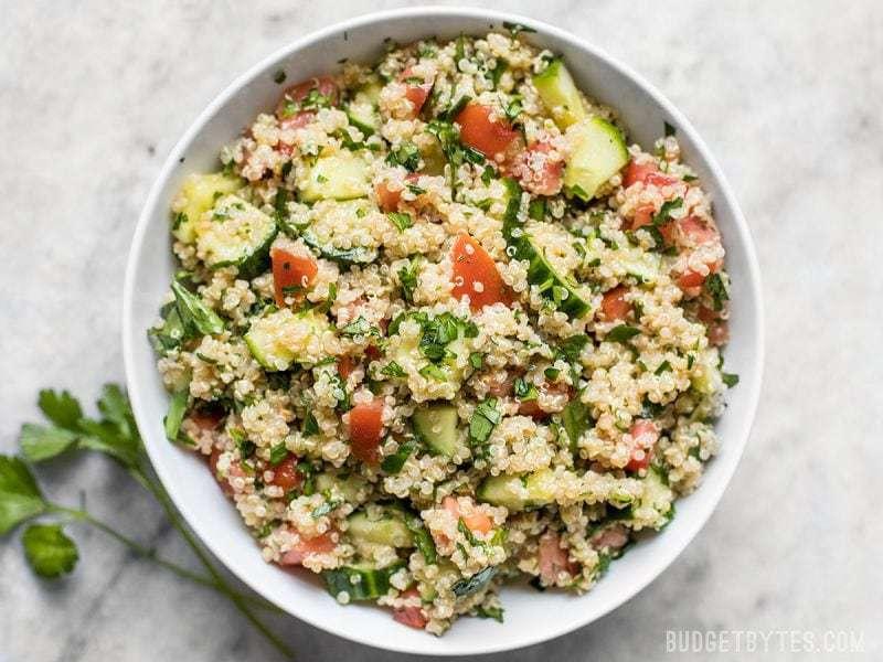 Frais et aux saveurs vives, ce taboulé de quinoa a tous les goûts familiers du taboulé traditionnel, mais avec un quinoa facile à cuire et riche en nutriments au lieu du boulgour. Budgetbytes.com