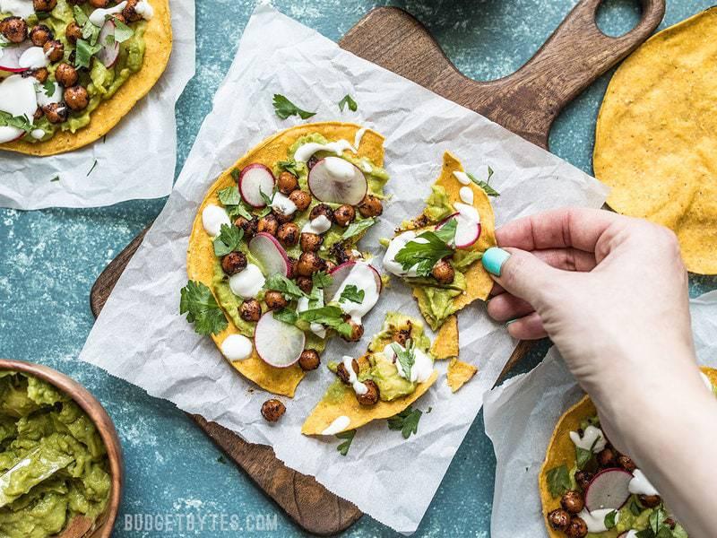 Ces tostadas aux pois chiches épicés, frais et rafraîchissants, sont parfaits pour le dîner presque sans cuisson pour l'été. Personnalisez les garnitures en fonction de ce que vous avez sous la main pour tirer le meilleur parti des restes! Budgetbytes.com