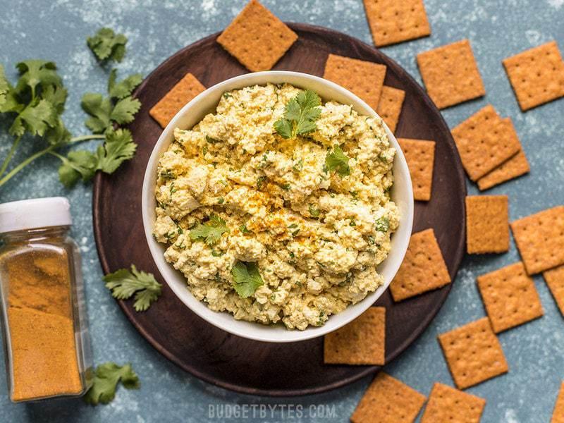 Cette salade de tofu au curry froide, rafraîchissante et très aromatisée est la solution rapide idéale pour les repas d'été ou froids. Budgetbytes.com