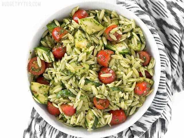 La salade de courgettes et d'orzo au chimichurri est une touche estivale fraîche aux saveurs herbacées audacieuses. BudgetBytes.com