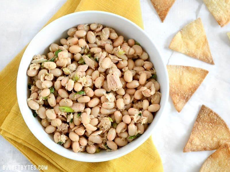 Cette salade de thon et haricots blancs ne contient pas de mayo, mais sa saveur est grande. Préparez cette salade en quelques minutes pour satisfaire votre faim et vos papilles gustatives. BudgetBytes.com