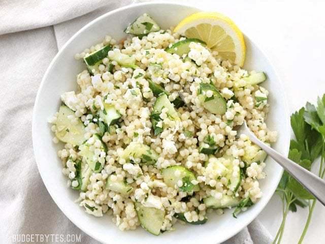 La salade de couscous au concombre et à la citronelle est une salade de pâtes légère, fraîche et vibrante, parfaite pour tous les repas d'été. BudgetBytes.com