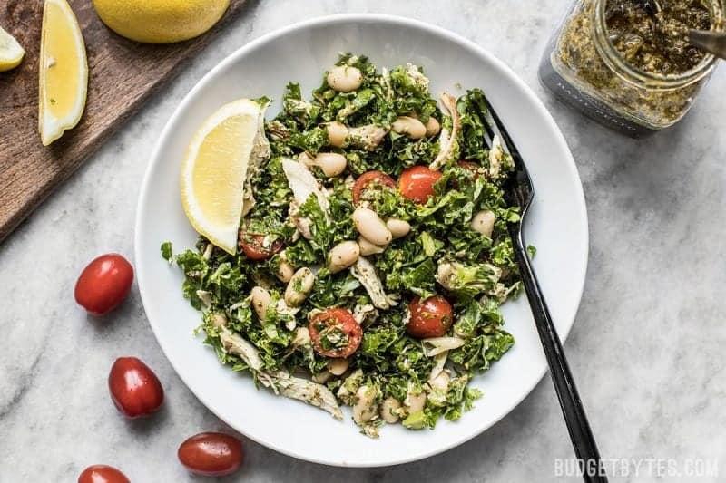Cette salade de pesto aux haricots blancs et au chou kale Make Ahead garde votre réfrigérateur bien approvisionné en aliments bons pour la santé que vous pouvez personnaliser chaque jour pour un nouveau repas. Budgetbytes.com