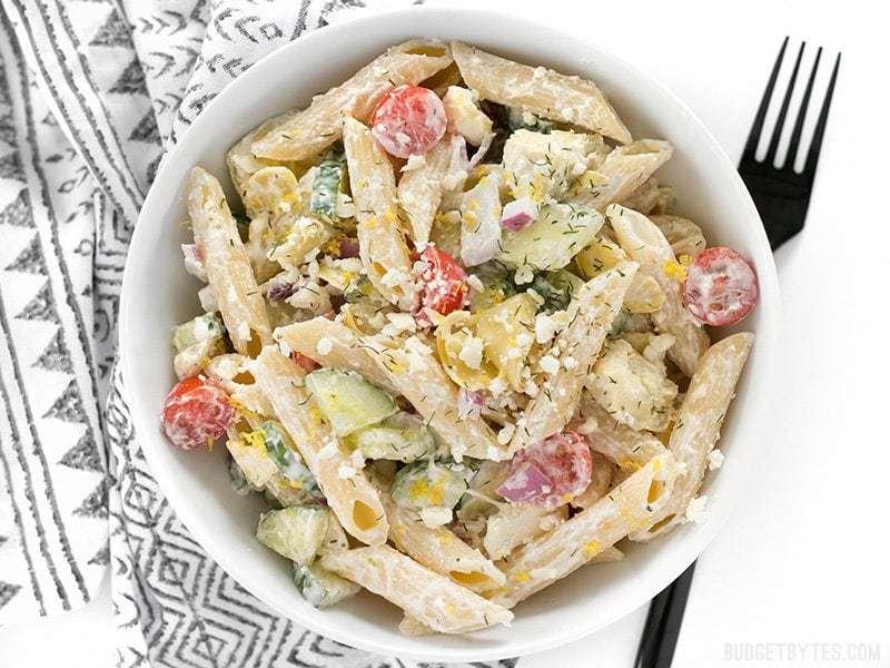 La salade de pâtes grecque onctueuse au citron et à l'aneth regorge de saveurs audacieuses et de légumes frais, ce qui en fait un délicieux déjeuner léger. BudgetBytes.com