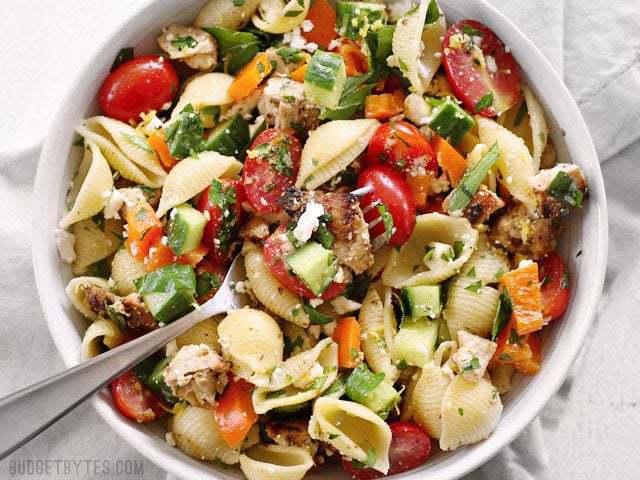 La salade de pâtes au poulet à la grecque est le repas d'été parfaitement rafraîchissant et copieux. BudgetBytes.com