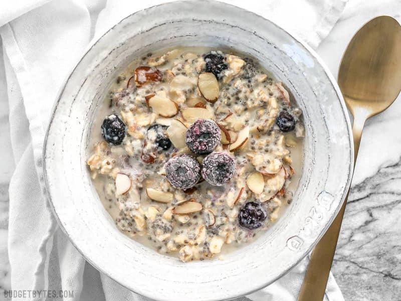 Ces flocons d'avoine aux bleuets et aux amandes sont naturellement sucrés, sans sucres ajoutés, et offrent beaucoup de saveur et de texture pour vous garder heureux et rassasié toute la matinée. BudgetBytes.com