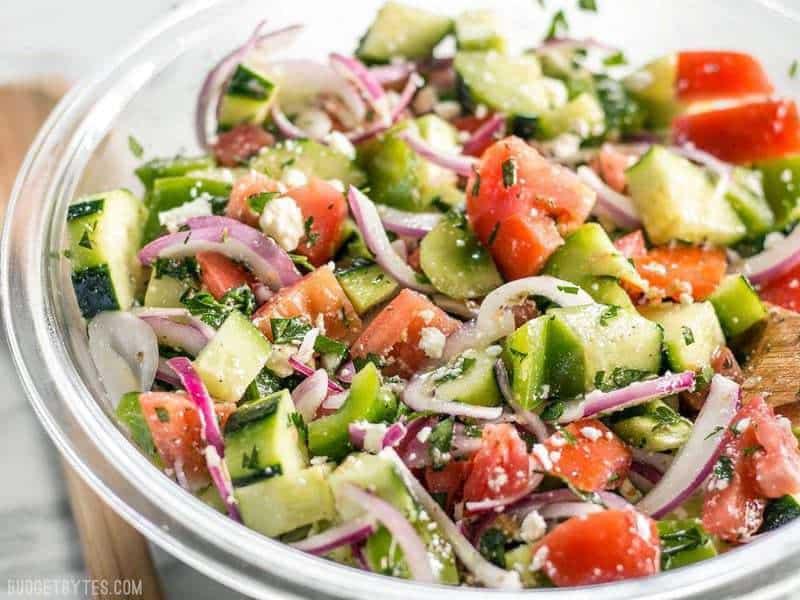 Super Fresh Salad est un mélange froid, croquant et juteux de légumes savoureux surmonté d'un simple vin rouge et d'une vinaigrette à l'origan. BudgetBytes.com