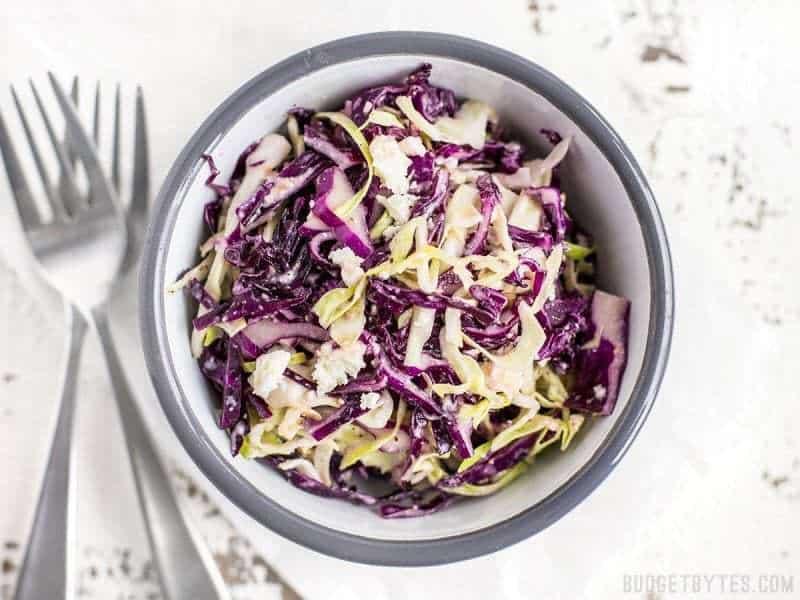 Cette salade de chou à trois ingrédients, extrêmement simple, a un goût énorme et constitue le plat idéal pour toutes vos grillades estivales. Cette salade de vinaigrette à la féta deviendra votre plat d'accompagnement facile à utiliser. BudgetBytes.com