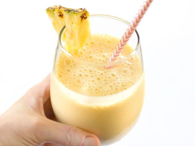 Si vous avez besoin d'une escapade tropicale, cet Ananas Orange Julius fait maison est la boisson glacée sucrée et crémeuse parfaite pour vous emporter. BudgetBytes.com