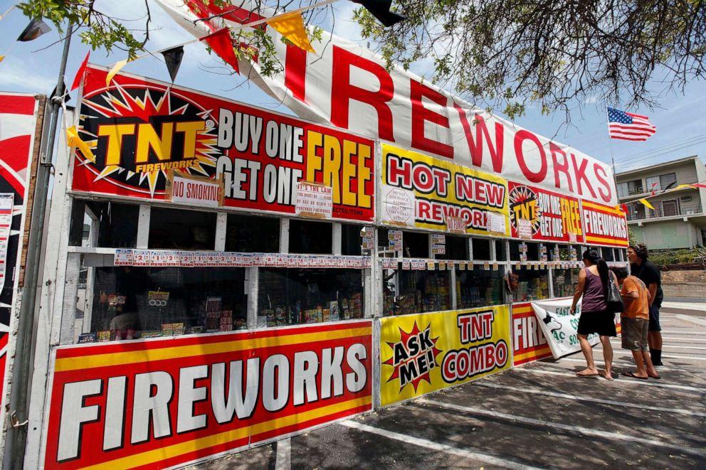 PHOTO: Dans cette photo du 2 juillet 2013, une famille achète des feux d'artifice sur un stand TNT Fireworks à Monterey Park, en Californie.