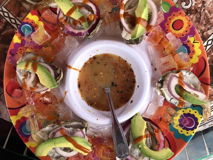 Aguachile aux crevettes et aux huîtres de Mariscos Playa Hermosa.