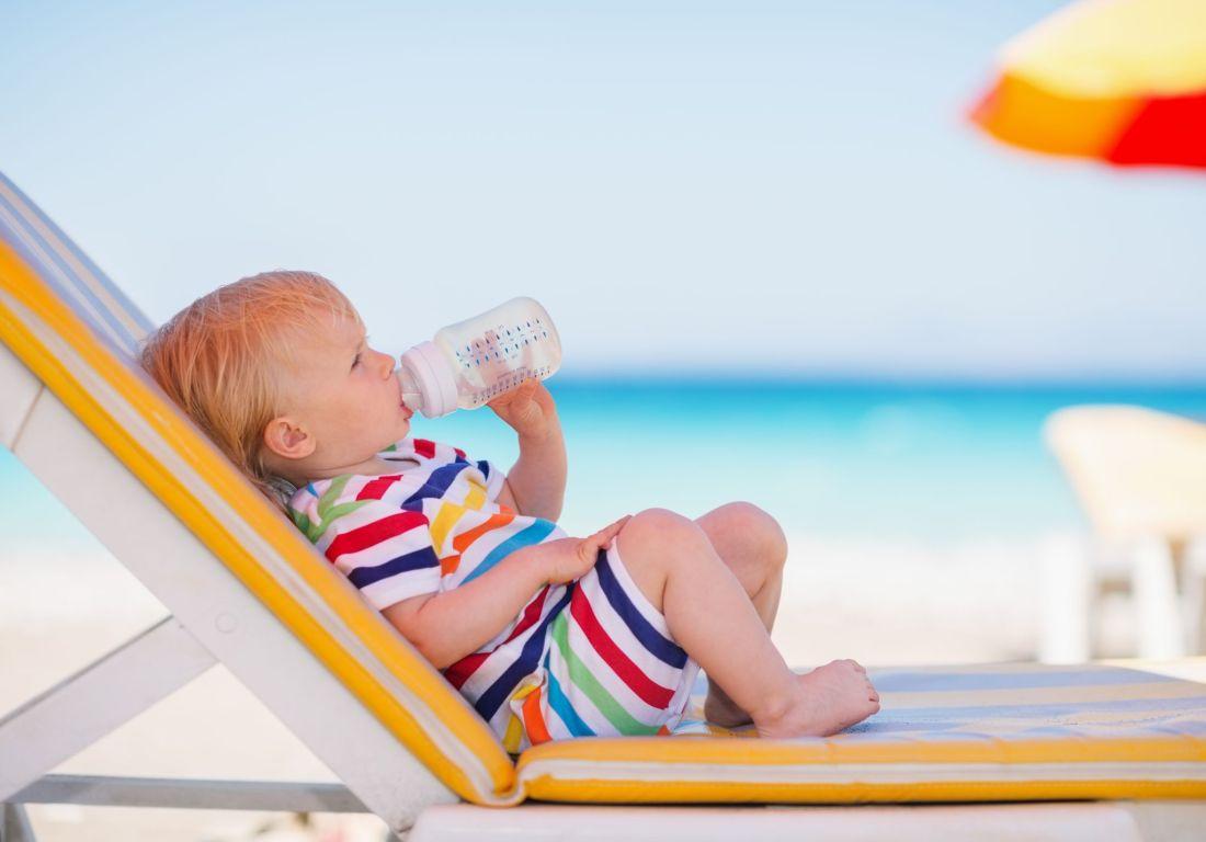 Garder les bébés et les jeunes enfants au frais par temps chaud