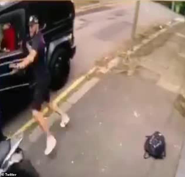 Sead Kolasinac, compagnon des Gunners, a été vu repousser les attaquants à mains nues après avoir sauté de la luxueuse Mercedes