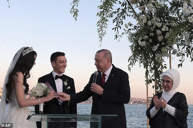 Le président turc Recep Tayyip Erdogan parle en tant que meilleur homme à Ozil lors de son mariage avec Amine Gulse par le Bosphore à Istanbul le mois dernier