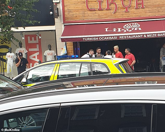 Ozil a abandonné sa voiture au milieu de la route et s'est enfui à pied en se réfugiant dans le restaurant turc Likya