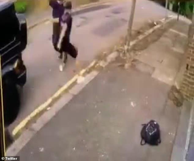 On peut voir l'intrépide demi-arrière de 6 pieds bravement braquer son poing sur l'assaillant alors que Mesut Ozil met son pied sur l'accélérateur