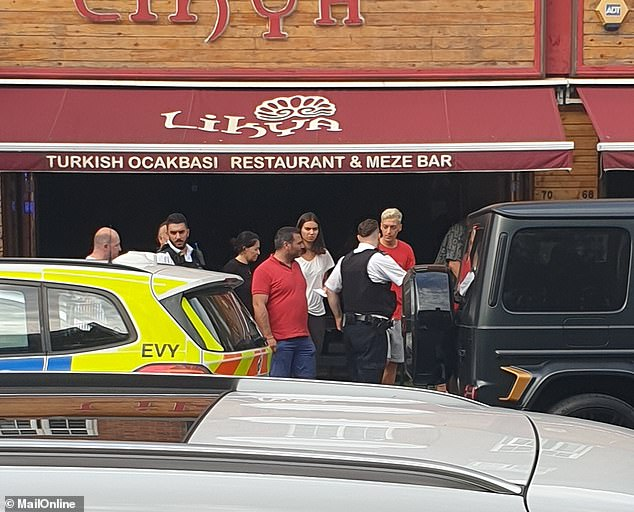 Mesut Ozil (cheveux blonds teints) était photographié en train de parler à des officiers devant le restaurant turc Likya sur Golders Green Road, dans le nord de Londres, après l'attaque sauvage
