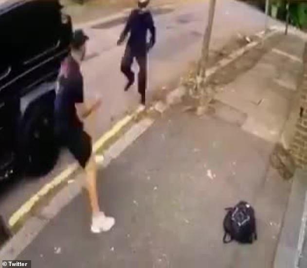 On peut voir Kolasinac s'attaquer à l'un des assaillants qui porte un casque et semble brandir une arme