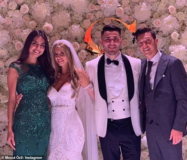 Mesut Ozil (extrême droite), son épouse Amine Gulse (extrême gauche) avec Sead Kolasinac et son épouse Bella Kolasinac le jour de leur mariage le mois dernier à Baden, en Allemagne