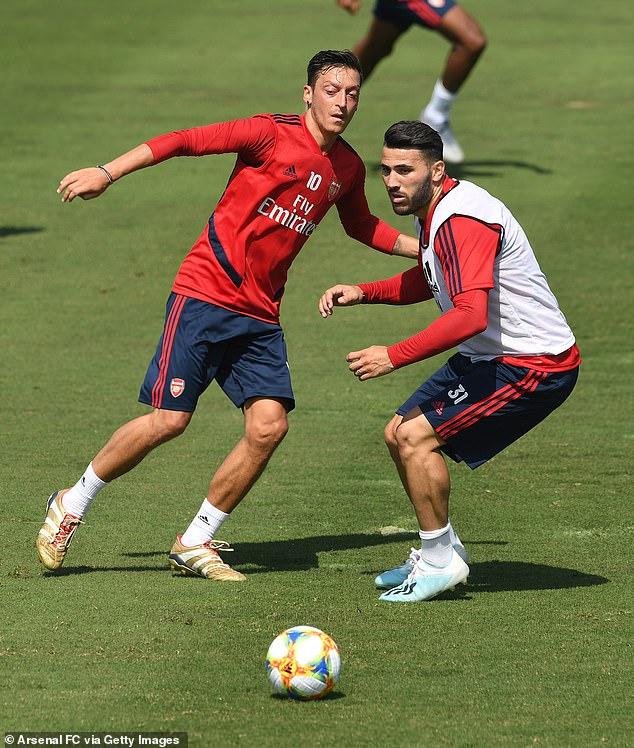 Mesut Ozil et Sead Kolasinac lors d'une séance d'échauffement à Los Angeles plus tôt ce mois-ci dans le cadre de leur pré-saison - ils venaient de rentrer des États-Unis la nuit précédant l'attaque