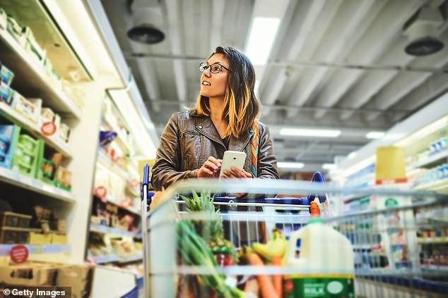 Au moment de parcourir les allées de votre supermarché local, Angela suggère de vous demander si vous avez vraiment besoin de ce que vous achetez et de regarder d'où il provient (image en stock).