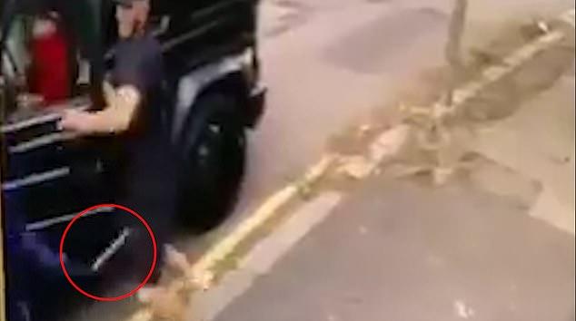 Kolasinac peut être vu en face de l'un des attaquants qui semble brandir une lame
