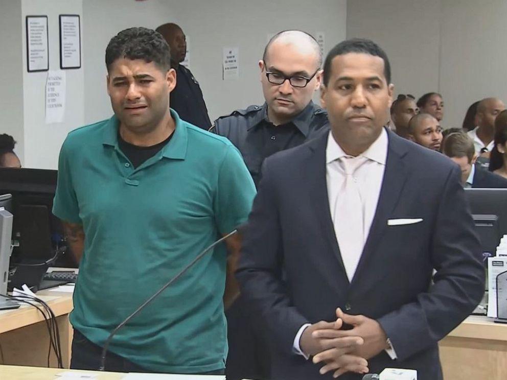 PHOTO: Juan Rodriguez, à gauche, qui a passé la plus grande partie de sa comparution devant le tribunal, a plaidé non coupable d'homicide par négligence criminelle après que ses jumeaux d'un an soient morts dans une voiture en chaleur après avoir oublié de les déposer à la garderie vendredi, 27 juillet 2019.