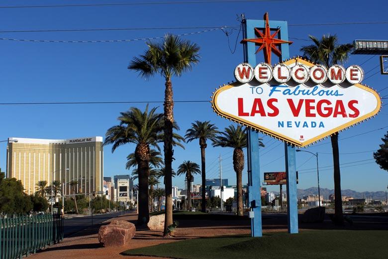 """Las Vegas en octobre © Prayitno - Flickr Creative Commons """"name ="""" Las Vegas en octobre © Prayitno - Flickr Creative Commons """"/>   <figcaption>Las Vegas en octobre © Prayitno – Flickr Creative Commons</figcaption></figure> <p>Partir à l'ouest de la <strong>Etats-Unis</strong>, l'atmosphère séduisante de Sin City n'attend que d'être explorée et octobre est l'un des meilleurs moments pour partir. Situé dans le désert du Nevada, le mois d'octobre à Las Vegas est chaud avec une abondance de soleil, environ 10 heures par heure, une chaleur et une humidité faibles et des températures diurnes pouvant atteindre 27 ° C.</p> <p>En véritable climat désertique, il tombe à environ 12 ° C après le crépuscule. Plus frais que l'été, plus chaud que l'hiver, <strong>Las Vegas</strong> Octobre est un vrai régal.</p> <p>Pour quelque chose d'un peu plus exotique, les rivages de <strong>Zanzibar</strong> offrent un temps vraiment idyllique avec beaucoup de soleil et des températures dans les années trente.</p> <p>La mer est douce à 26 ° C, alors que la chaleur et l'humidité sont élevées, mais attention aux UV extrêmes. D'une manière générale, Zanzibar est un délice en octobre et sa météo en fait une destination de vacances idéale à la plage.</p> <figure><img src="""