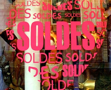 Soldes dans presque tous les magasins. Photo par Reel Esthete.