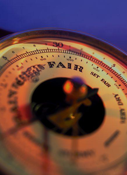 Les variations et les tendances de la pression barométrique sont utilisées pour prévoir le temps.