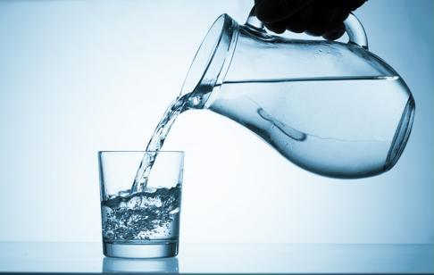 La déshydratation est un risque dangereux en été - assurez-vous que votre proche boit beaucoup d'eau lorsqu'il fait chaud.