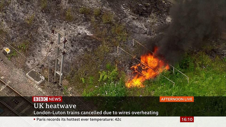 Sur la photo: un incendie se déclare aujourd'hui sur la ligne entre Londres et Luton, annulant les trains alors que les câbles au-dessus de la voie surchauffaient
