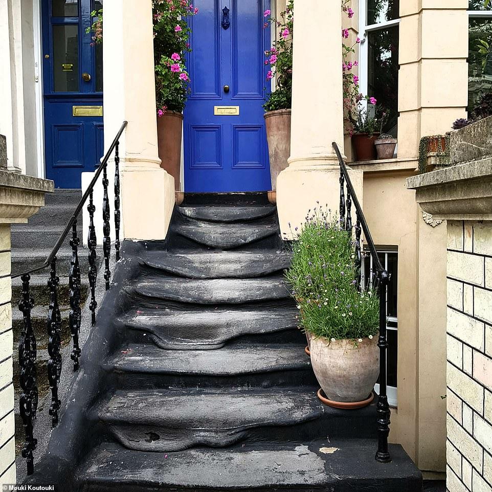 Les marches semblent avoir fondu dans la chaleur à l'extérieur d'une maison à Ladbroke Grove, dans l'ouest de Londres, photographiée à 8h30 aujourd'hui. La photo a été prise par Mouki Koutouki, de Hammersmith, qui a déclaré sur Facebook: «Contes de folie des vagues de chaleur - le sol est de lave»