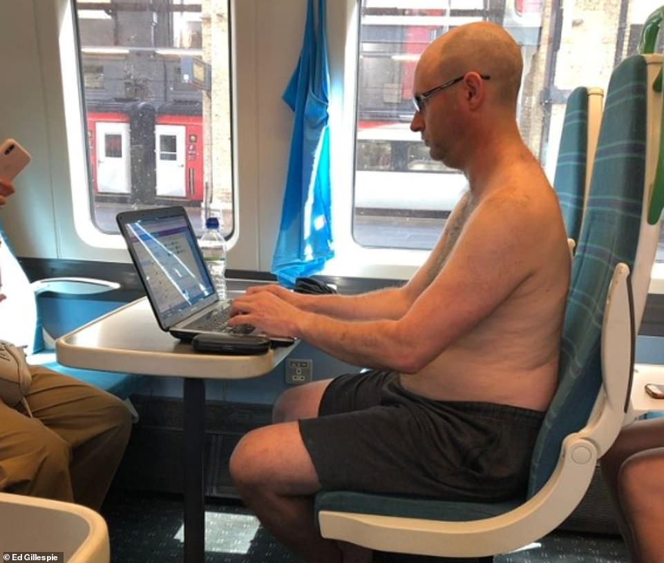Un homme monte torse nu sur un train du Grand Nord climatisé de London King's Cross à Ely dans le Cambridgeshire aujourd'hui