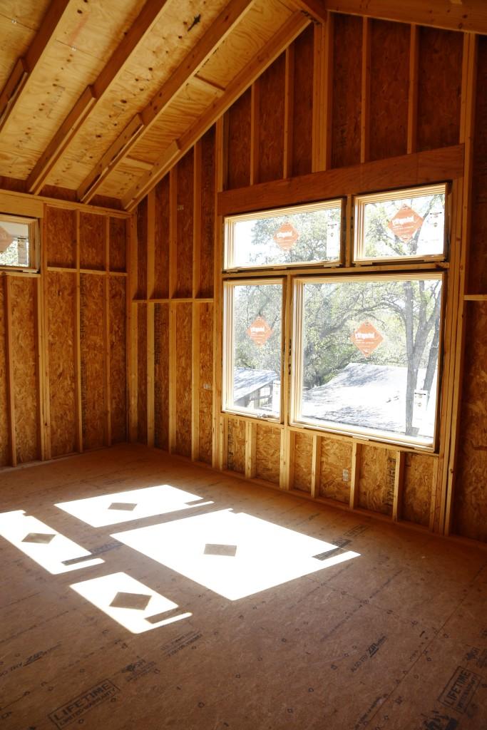 Choisissez les fenêtres et les portes avec soin. Je préfère les vantaux en raison de leur joint mécanique qui les rend intrinsèquement plus étanches à l'air.