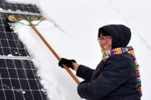 femme, nettoyage, neige, solaire, panneaux
