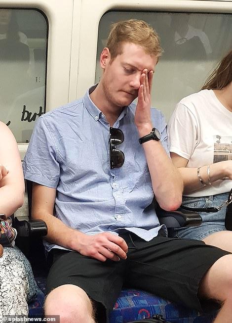 Un homme se débat dans la chaleur sur la Northern Line à Londres