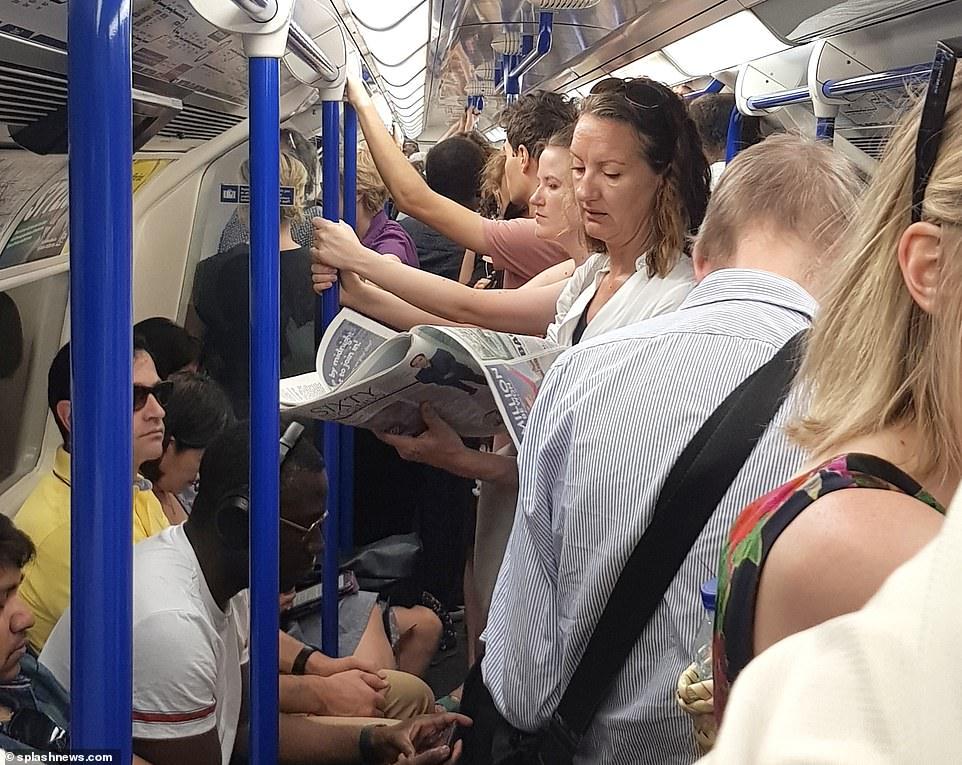 Les banlieusards ont été entassés dans des trains à tubes sur la ligne Piccadilly à 9 heures du matin pendant la chaleur étouffante ce matin