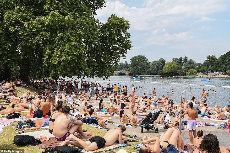 Les gens tentent de se rafraîchir à cause des températures élevées dans le lac Serpentine de Hyde Park à Londres cet après-midi