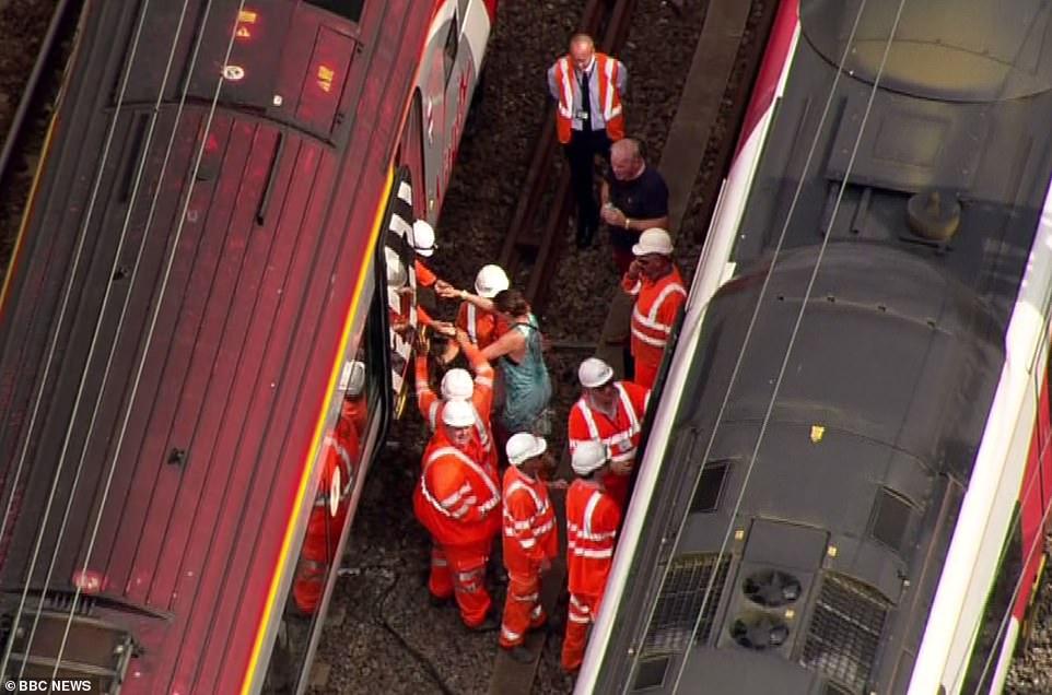 Ces passagers ont été pris au piège dans un train sans air conditionné aujourd'hui pendant deux heures avant d'être transférés dans un autre (photo) dans la chaleur étouffante