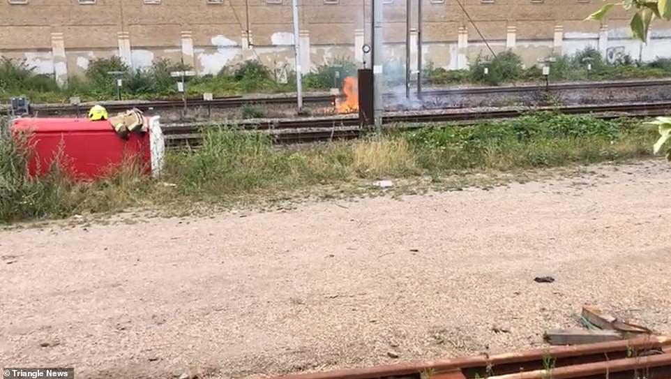 Sur la photo: un incendie se déclare aujourd'hui sur la ligne de chemin de fer Hampstead, au nord de Londres, ce qui a été le deuxième jour le plus chaud de l'histoire du Royaume-Uni