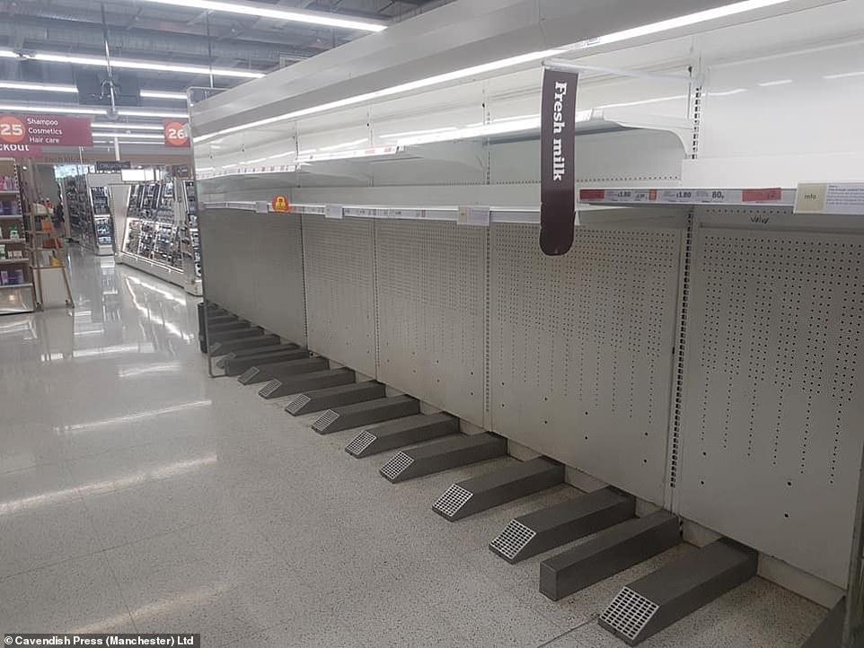Sainsbury's à Bolton dans le Grand Manchester, où les aliments et boissons réfrigérés ont dû être retirés des étagères et des réfrigérateurs fermés après que l'équipement a cessé de fonctionner en raison de la forte chaleur d'aujourd'hui