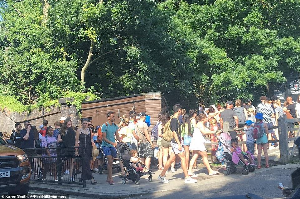 La file d'attente pour le Hampstead Heath Lido dans le nord-ouest de Londres a tourné au coin de la vague de chaleur aujourd'hui