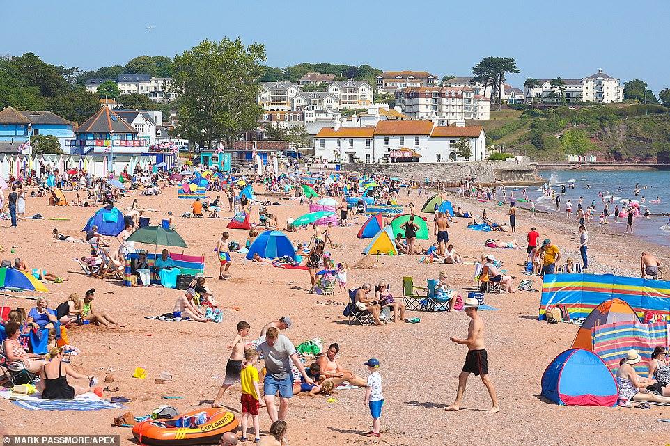 Les Sunseekers affluent vers Goodrington Sands dans le Devon aujourd'hui sur ce qui devrait être le jour le plus chaud de Grande-Bretagne