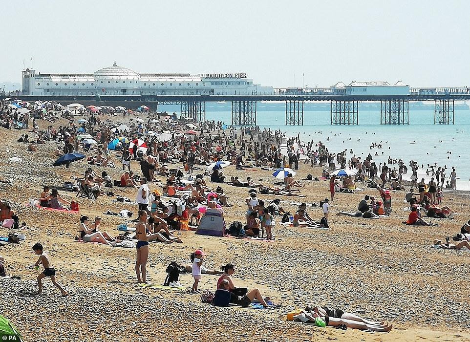 Les gens apprécient le temps chaud sur la plage de Brighton dans l'East Sussex alors que le Royaume-Uni profite de la journée de juillet la plus chaude jamais enregistrée aujourd'hui